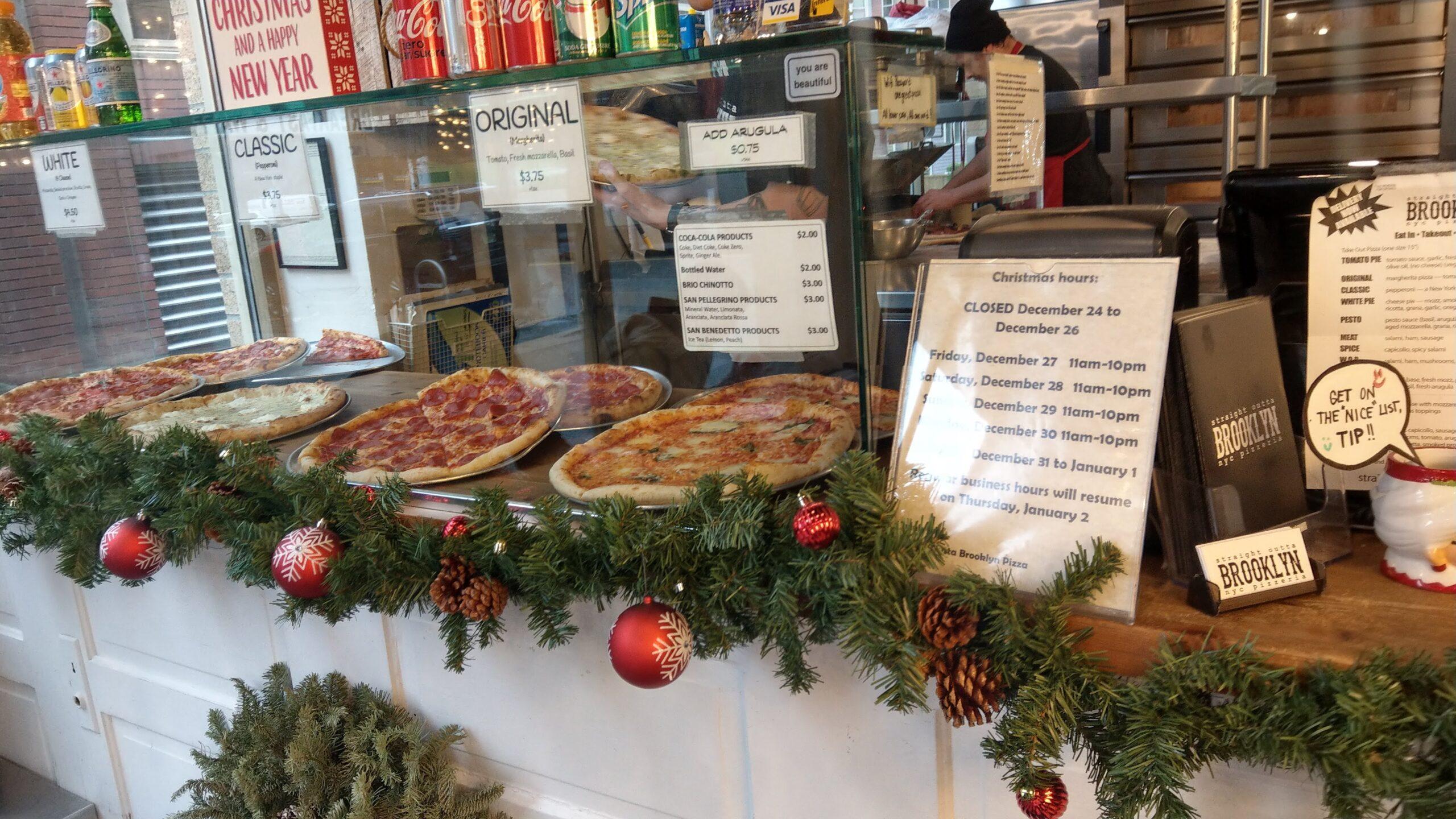 Straight Outta Brooklyn NYC Pizzeriaの店内に並んだピザ