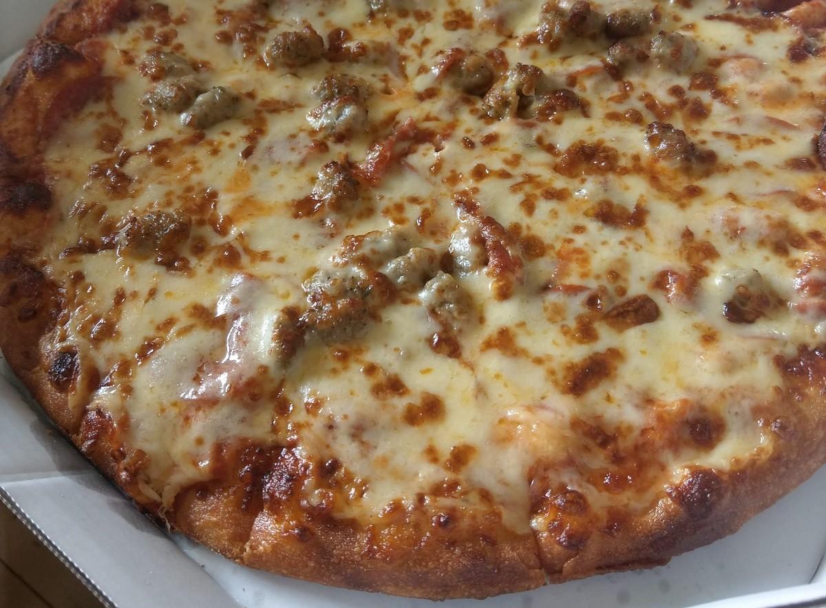 ドミノピザのプレーンピザとペパロニ&イタリアンソーセージ