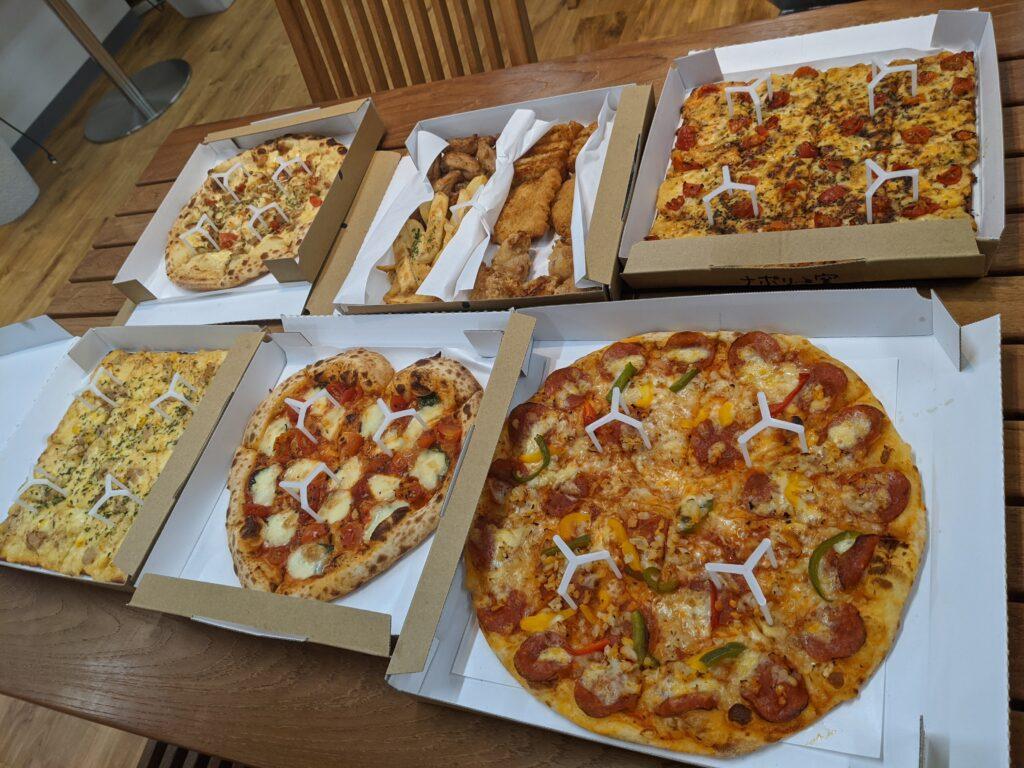 ずらりと並んだナポリの窯のピザ