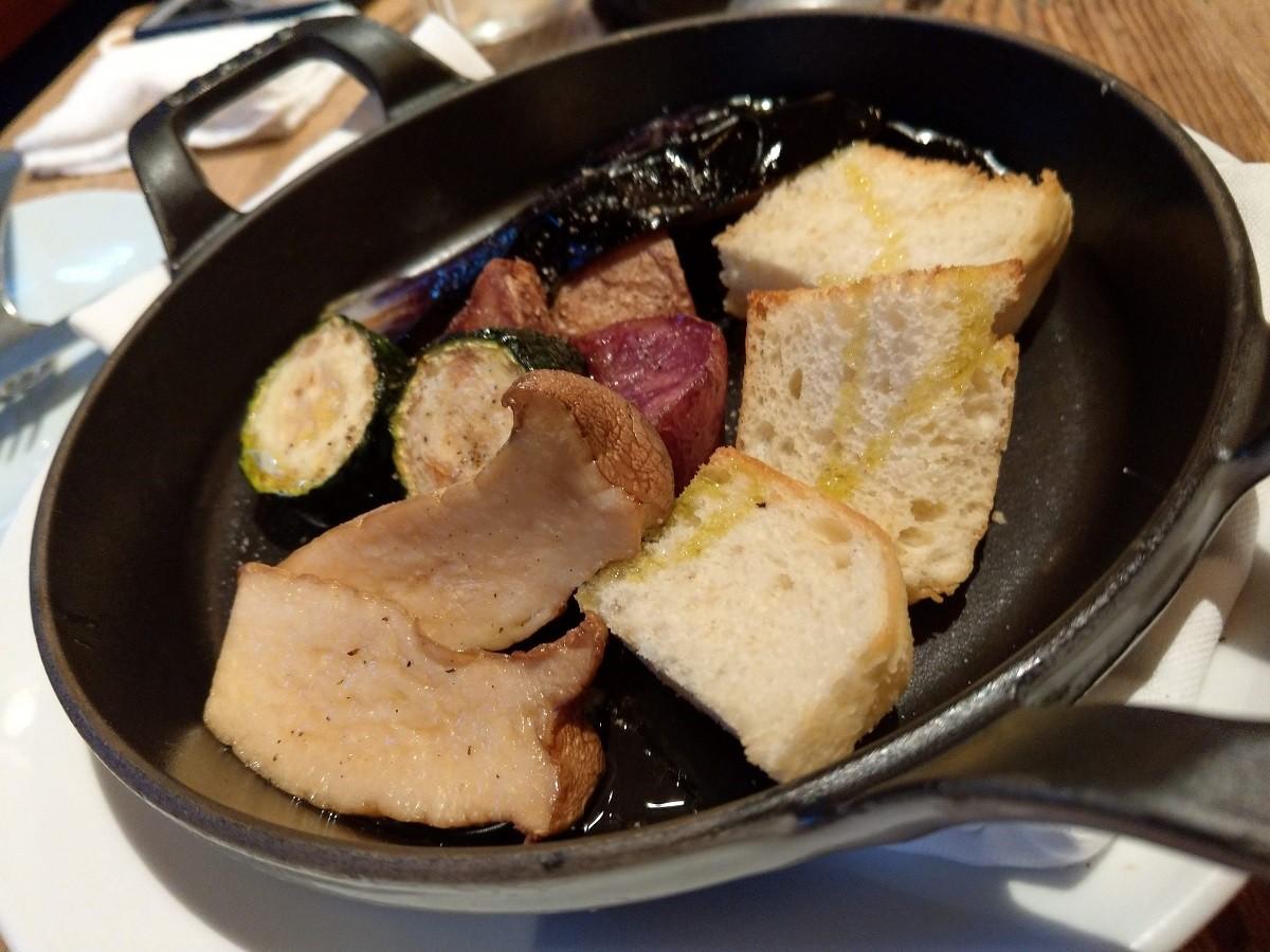 ラクレットチーズをかける前の野菜とバゲット