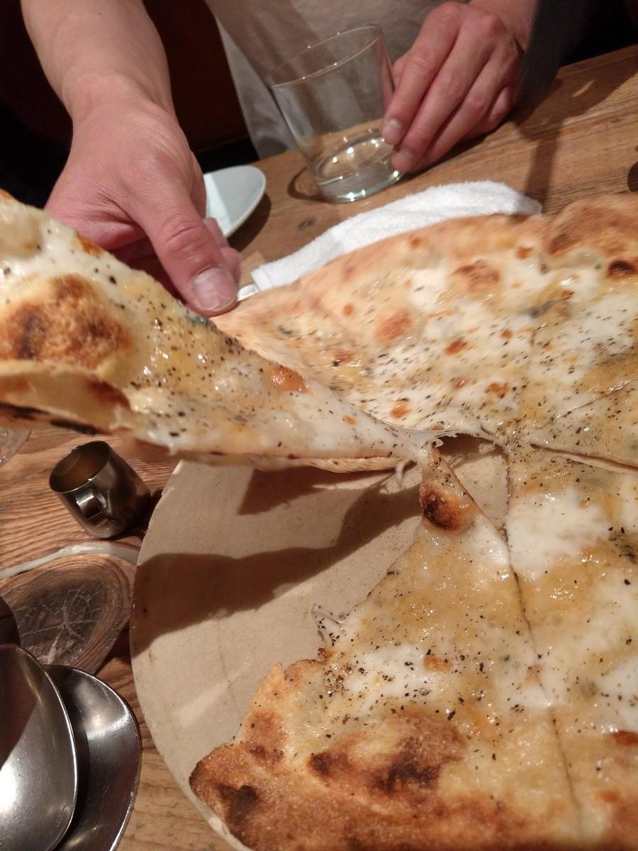 Cheese Tavern CASCINAの8種のチーズピザスライス
