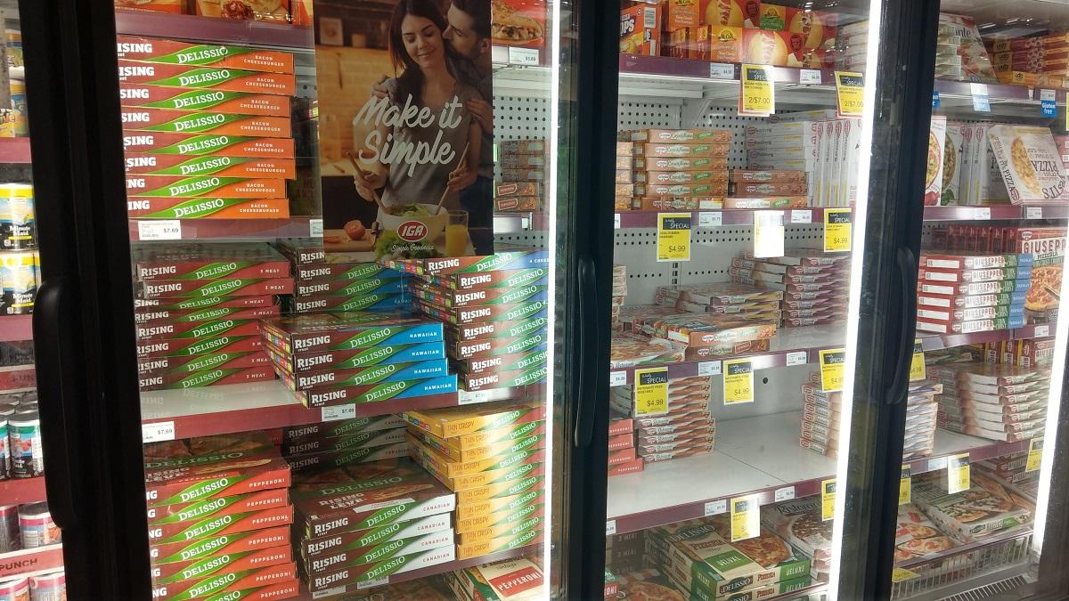 カナダのスーパーの冷凍ピザコーナー陳列