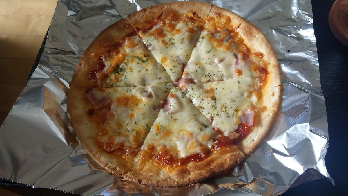 ミラノ風ピザクラストで作るピザ焼き上がり6等分